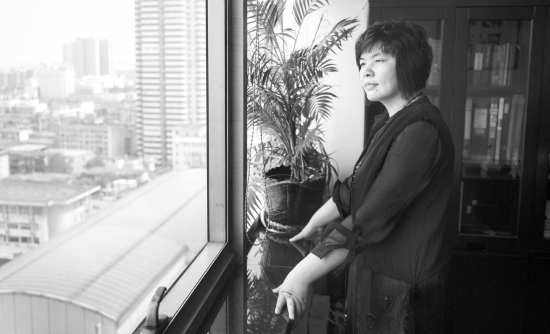 6月30日,湖南乾坤人状师业务所,脱去法袍的严彩艳。 图/记者杨旭