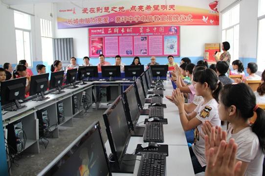 """磨坪中学创办于1942年,是所有着70多年历史的老校,目前有600多名学生在读。而学校所在地磨坪乡地处秭归县西南边陲,平均海拔1300米,东距县城120公里。那里素有""""秭归西藏""""之称,交通不便、基础设施相对落后,是秭归县一个最偏远的乡镇。"""