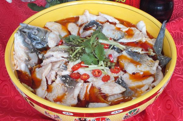 原料:鲤鱼、花椒面、花椒、辣椒面、辣椒(剪成约2厘米的小段)、糖、盐、味精、豆芽、色拉油(最好不用花生油)、料酒刀(快刀)、锅(铁锅)、盆(深盆) 做法: 1.买来鲤鱼,切成鱼片。 2.给鱼片上浆(盐,味精,葱,姜,酒,胡椒,或者你喜欢的话,可以放五香粉或其他各种你比较喜欢的味道) 3.