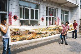 郭小林向记者展示他绣的《清明上河图》