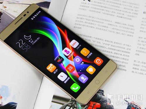 酷派锋尚Pro整体造型延续了上代产品的风格,5.5英寸720p级别触控屏采用黑曜石显示技术,与前代产品相比,在饱和度和亮度上有大幅提升,显示效果也更细腻<b