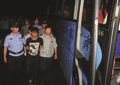 传销职员被带上大巴车。