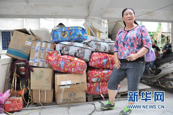 麦琼方和她收来的旧衣物(5月14日摄)。新华社记者卢羡婷摄