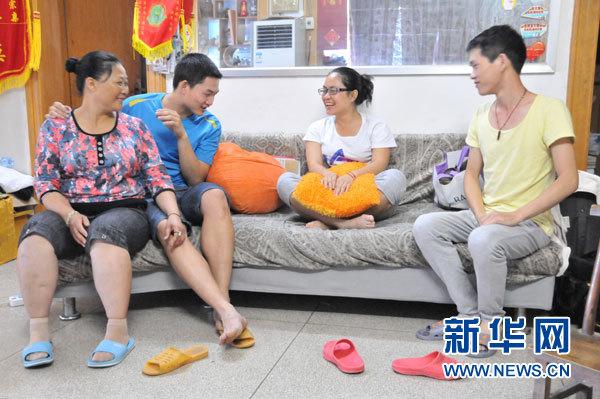 麦琼方和孩子们在一起(5月15日摄)。新华社记者卢羡婷摄