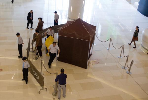 2015年7月2日,上?;春V新?99号,环贸iapm赆赀一楼,作业人员在清算现场血迹。磅礴新闻记者 朱伟辉 图