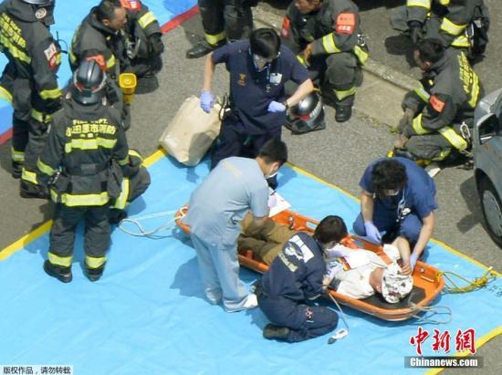 图为一位搭客正在承受营救队员的紧迫施救。事发其时该列车上国有近千名搭客。发觉火情后紧迫泊车,并有作业人员将火点燃。今朝该起突发之火已致囊括放火者在内的2人殒命,另外一位殒命者为50多岁的女人。别的有26人受伤,此中2人伤势较重大。 视频:日本新支线列车内一女子自焚 致2人殒命\uA0\uA0来历:上海东方高清