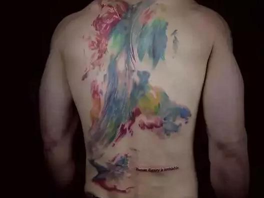 德国的一个小伙在后背上也纹了纹身.   但是.