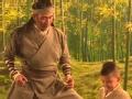 《爸爸去哪儿第三季片花》胡军和儿子片场吃桃停不下来 亲身示范大侠风范