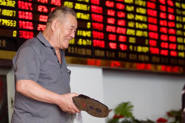 2015年6月30日下午,上海某证�宦蚵羲�,一名股民拿着本人的鞋子。 磅礴新闻记者 朱伟辉 图
