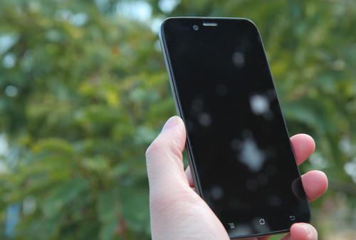 神舟W50T2正面内建了一块5英寸的全贴合屏幕,满足人们对大屏手机的需要。这款手机特别采用了800万堆栈式摄像头,轻松记录您的生活。另外,W50T2支持双卡双待,让你办公生活一切尽在掌握。
