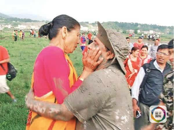 因拥抱一位上了年纪的女性,尼泊尔农业部长遭大量批评。