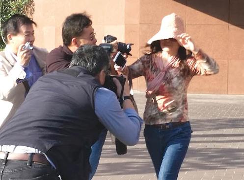 赵世兰于5月18日出庭后,被在法院外等候的记者围着拍照。她并没有对案件作任何回应。(美国《星岛日报》档案照/黄松 摄)