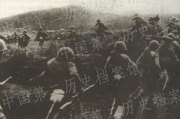 1945年8月9日,蘇聯紅軍霞我國東北的日軍發動進攻的照片