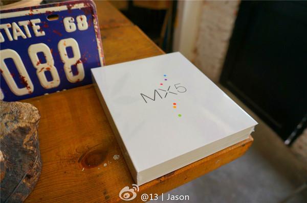 mx5的包装盒设计延续了前作的设计语言,塑封之后给人一种这是一本精装