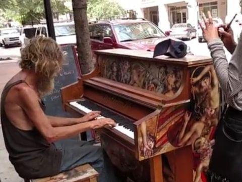 流浪汉弹钢琴谱