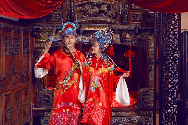凤冠霞帔古装婚纱照 尽显中国古典文化
