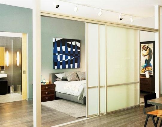 小编点评:半扇玻璃门充当卧室和休息室的隔断,半遮半掩图片