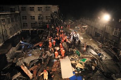 昨日16时许,浙江温岭市大溪镇一鞋厂发生倒塌事故,数十名员工被埋,已救出45人,6人可能仍被困。图/CICPHOTO