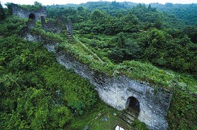 海龙屯 位于贵州省遵义市汇川区,是播州宣慰司杨氏土司专用的山地防御城堡的遗址,是战争时期播州土司的行政中心,其属民以仡佬族、苗族为主。
