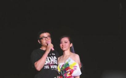 张靓颖和冯柯在演唱会上密意广告。
