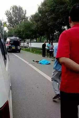 一位路人被撞就地身亡。�D像�碜允占�