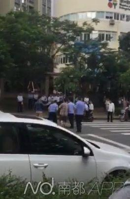 有三四名身穿城管协管服的男子参与群殴。