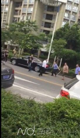 网传视频显示,穿着城管协管服的人员手持铁棍追打男子。
