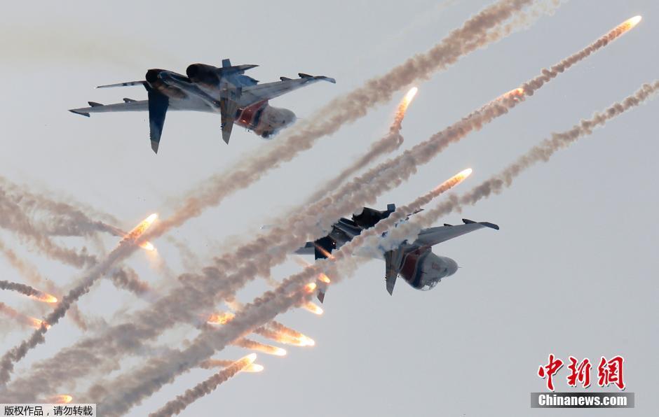 当地时间2015年7月5日,俄罗斯圣彼得堡,国际海事防务展开幕,飞行特技表演,精彩绝伦吸引眼球。