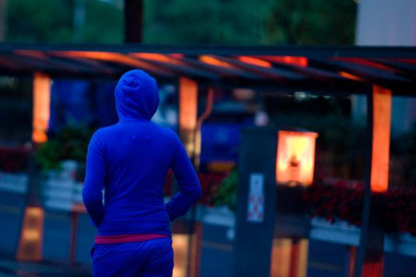 7月6日晚,上海,因为气候凛冽,身穿长袖外衣的行人不由得把手插进衣袋。 磅礴期货配资 记者 朱伟辉 图