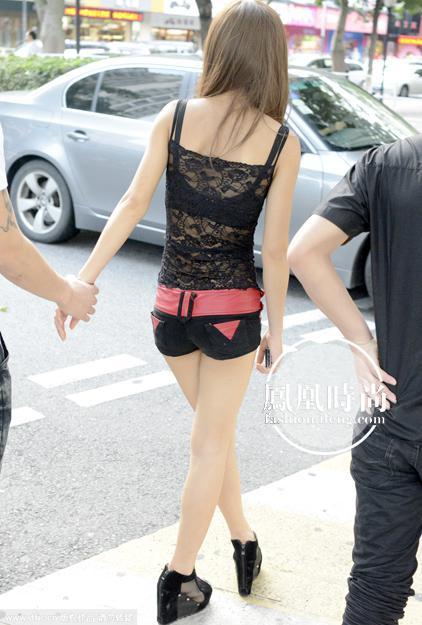 广东省东莞市街头穿露背装的美女