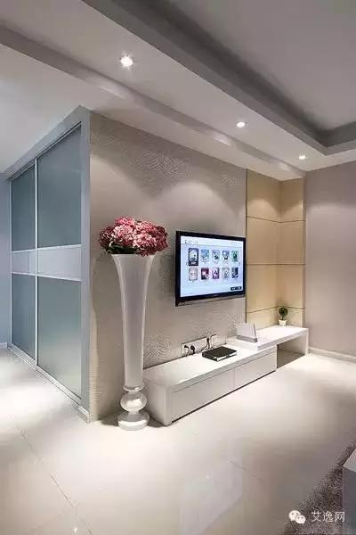 单看电视墙,白色的为主,很高大的落地仿真花