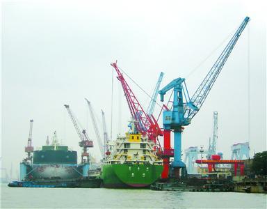 黄浦江浦东江心沙路25号无证船埠正在 泊船卸货。 张家琳 摄