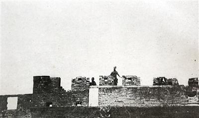 日军拍摄的七七事变发生后第29军将士在宛平县城上监视日军图