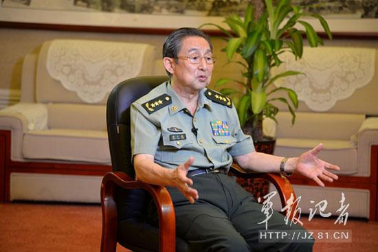 图为彭小枫政委接受记者采访时照片。
