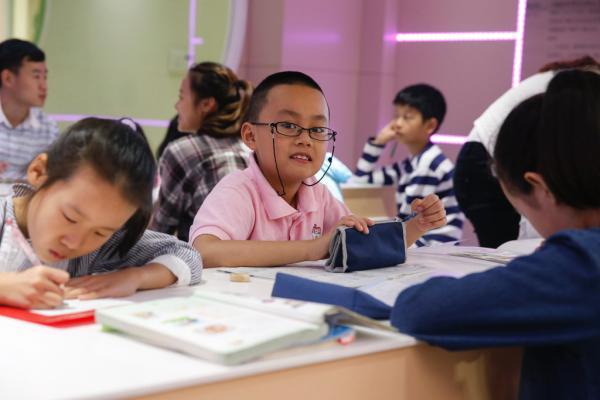 2015年7月6日,上海复旦小学都会少年宫办班点,小门生正在做游戏。磅礴新闻记者 杨博 图