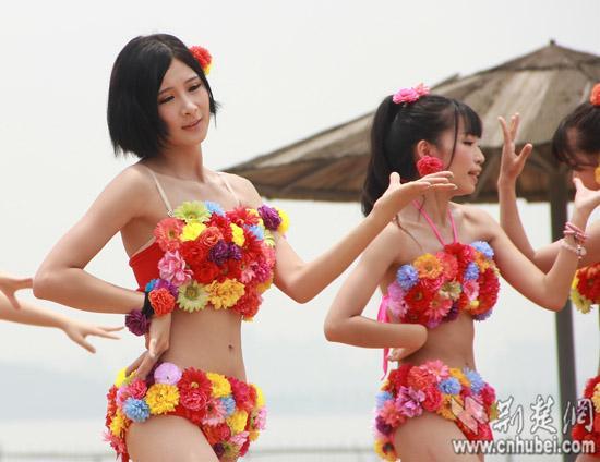 汉版akb48女团热舞东湖沙滩浴场 搜狐