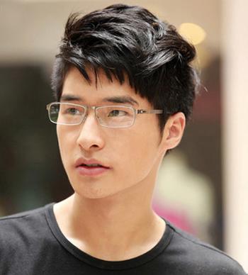 戴眼镜的男生发型设计 简单造型不失帅气感