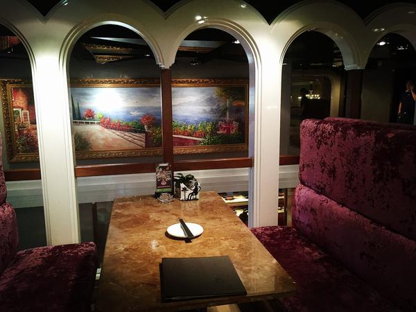 将时尚精致的意大利情调及复古欧式家具融为一体,配上蓝绿色背景墙