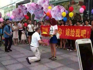 史上最尴尬求婚,喇叭响起的那刻路人都笑崩了