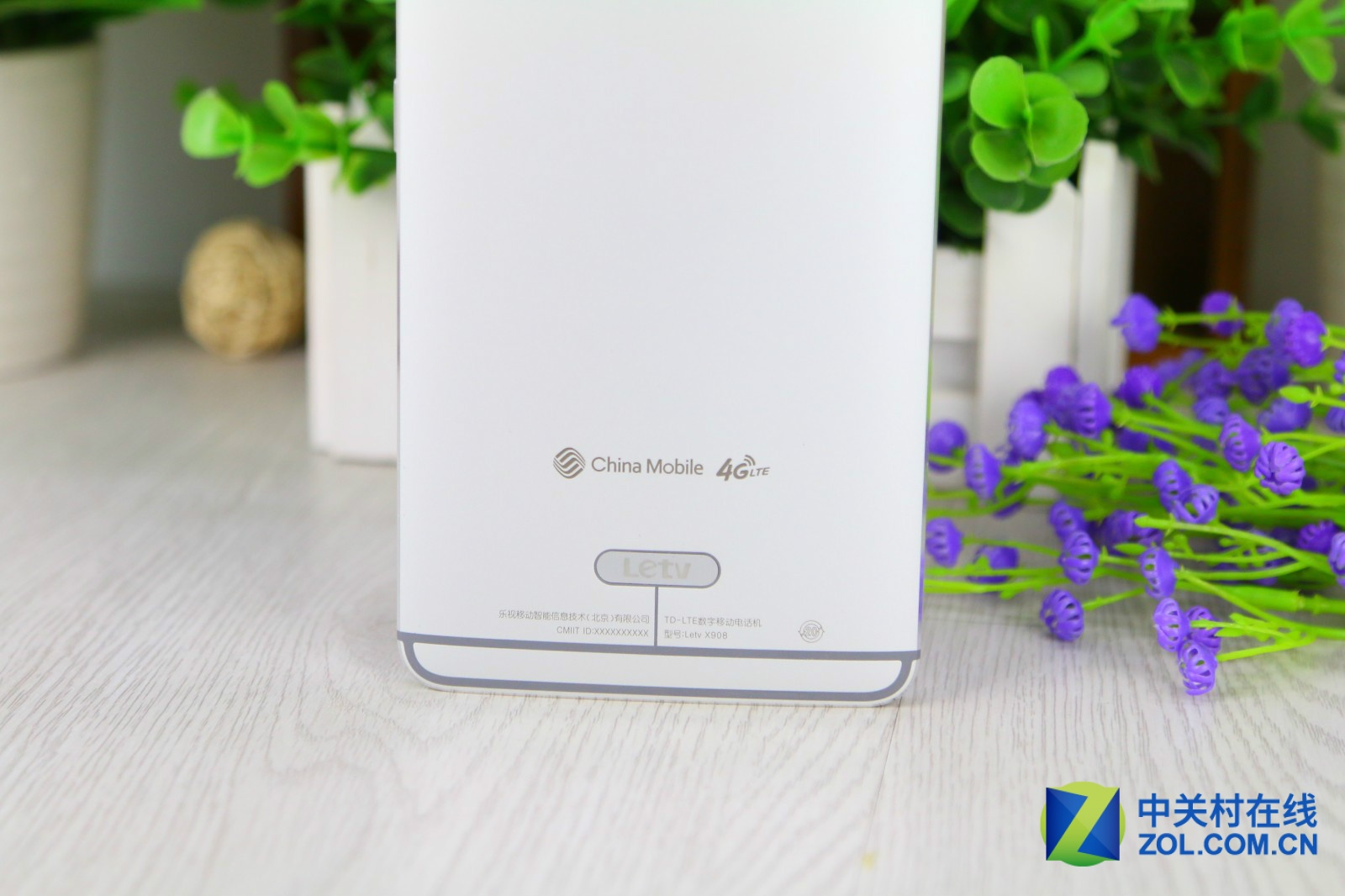 乐视超级手机乐Max是乐视由全民定价的旗舰级机型,该机采用了一体化金属机身和无边框ID设计,颜值爆表。硬件方面,该机配备6.33英寸2K屏幕、骁龙810处理器、4GBRAM、2100万主摄像头、3400mAh电池。此外,该机还内置了指纹识别和无线HDMI模块,支持4G双卡双待。