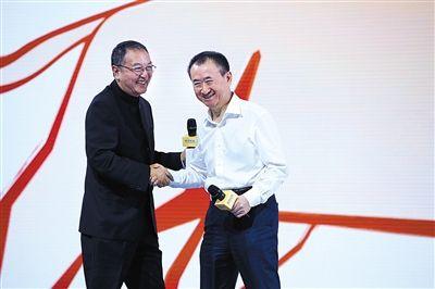 """7月7日,柳传志与王健林握手。王健林表示,""""我坚信联想控股能够成为百年老店""""。"""