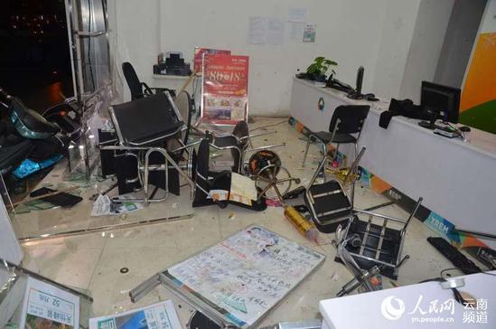 打斗中,新亚地产门店被砸毁。