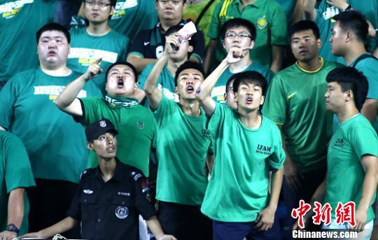愤怒的国安球迷。中新网记者张浩摄。