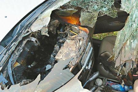 花莲一车主将手机留在车内,因气温太高着儿致手电机池收缩爆破,外表板被废弃,整辆车烧成废铁。来历 台湾《结合报》