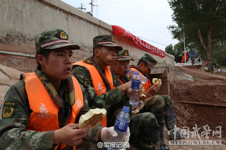 2015去北京当武警名单_看看在灾区抢险武警都吃些啥(1/7)(组图)-搜狐滚动