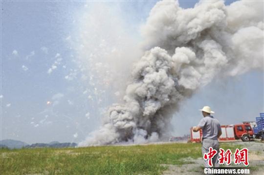 图为会合烧毁的7000件焰火爆竹。 受访部分供图 摄