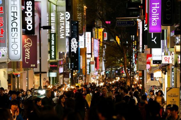 依据赴韩旅行人数趋向图,从6月的第二周开端,国家赴韩旅行人数骤降,与第一周比拟降幅达65.80%。全部6月与客岁比拟,旅行人数同比降落49.57%。 刘行�� 磅礴材料
