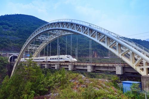 公�yd�9�މ_9日11时许,d2251次列车安全驶过宜万铁路下行大支坪隧道.