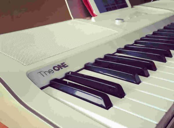 斤重的The One Light智能钢琴