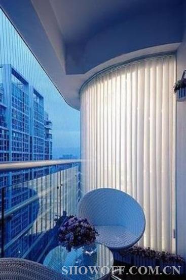 床品是主蓝色的条纹设计,有种大海的感觉.最喜欢的,还是床头的壁灯.